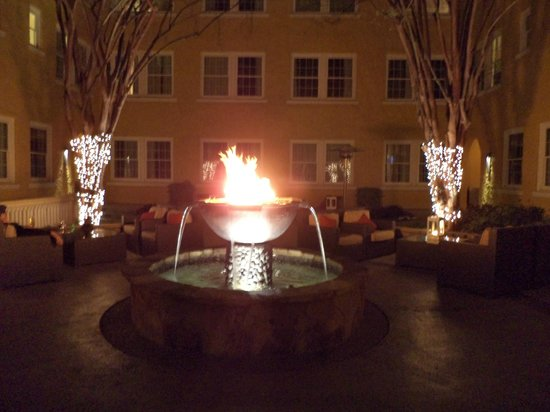 Artmore Hotel: The courtyard
