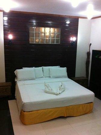 "Dumaluan Beach Resort: Samuel ""executive"" room"