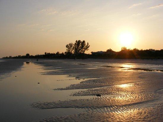 Tarpon Tale Inn: Beautiful beach - a 5 minute walk away