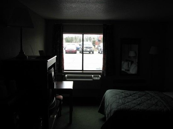 Hometown Inn and Suites: View of the room as you walk i nthe door