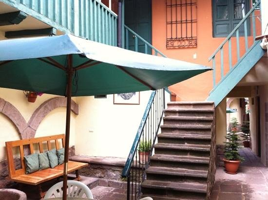 Hitchhikers Backpackers Cusco Hostel: Inner courtyard outside the breakfast area/kitchen