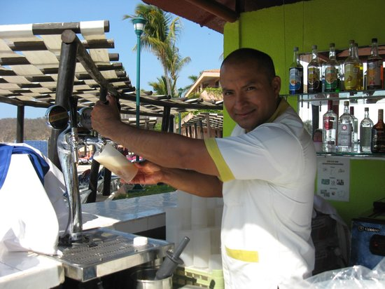 Barcelo Huatulco: Best bartender there! He made me yummy drinks and fer payment he took a lil piece of my heart ;)