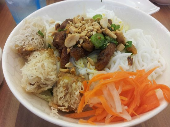 Sandwich Saigon: Loved the dry noodles with spring rolls and pork