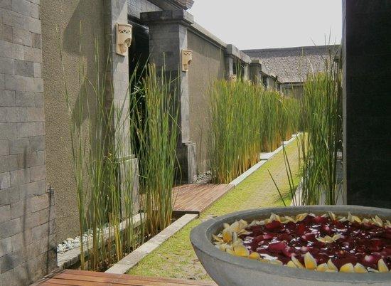 The Ulin Villas & Spa: Entrance to the spa rooms
