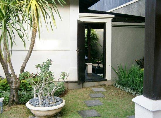 The Ulin Villas & Spa: Bathroom conveniently located next to spa gazebo