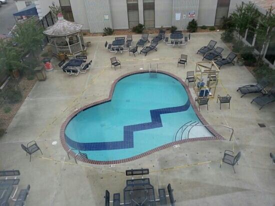 Elvis Presley's Heartbreak Hotel: Pool closed--what a heartbreaker
