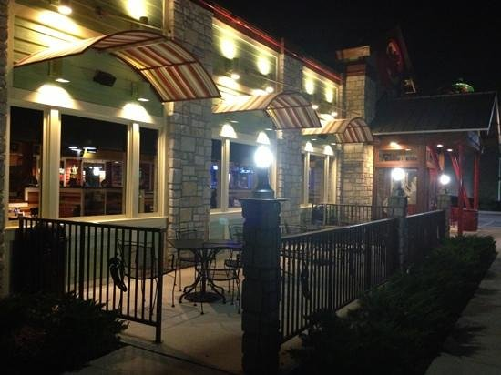 Chili's : outdoor patio at night