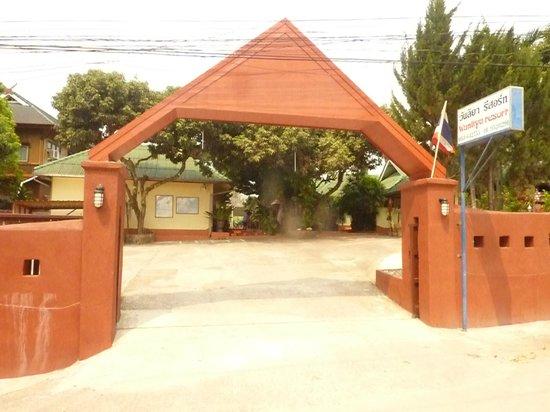 Wanliya Resort: The entrance seen from the road
