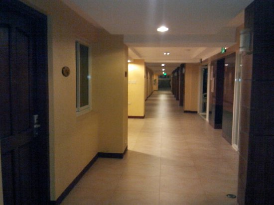 Hotel Stotsenberg: Another view of the hallway