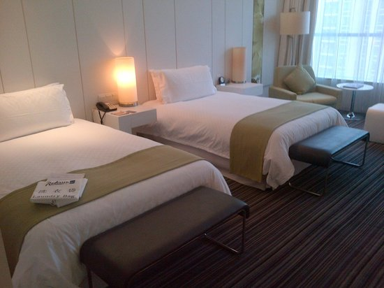 Grand Mercure Shanghai Century Park : huge twin bed