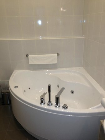 Astor Riga Hotel & Conference: Large Jacuzzi Bath in the Bathroom