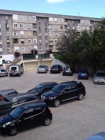 Hotel Escuela Las Carolinas: walled car park