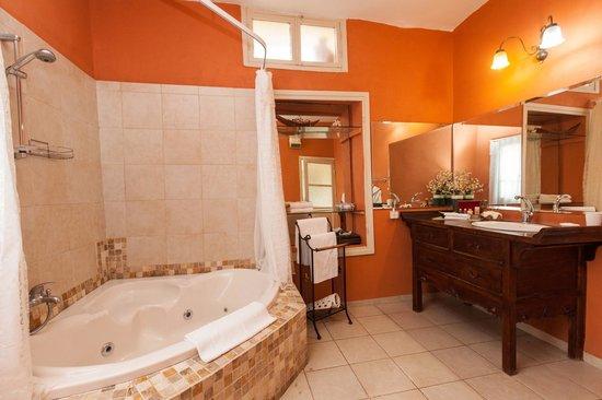 Auberge Shulamit : The suite bathroom