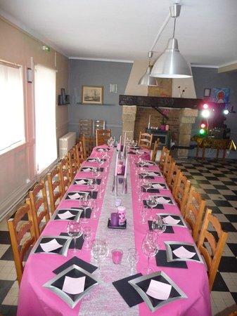 Hotel La Cremaillere : table de repas d'anniversaire