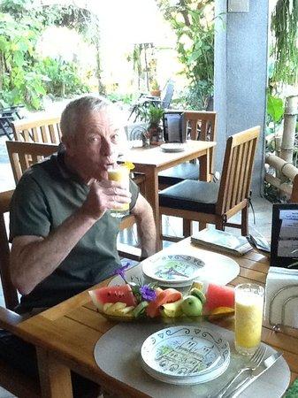 Pura Vida Hotel: Enjoying the breakfast