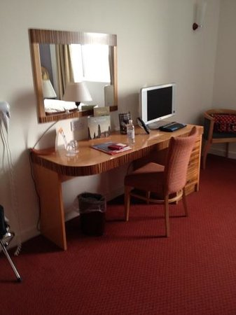 Ramada Hotel & Suites Coventry: Plenty of sockets and space.
