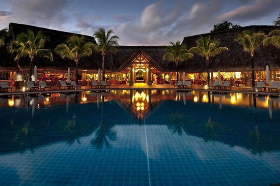 Sands Suites Resort & Spa: Infinity pool at night