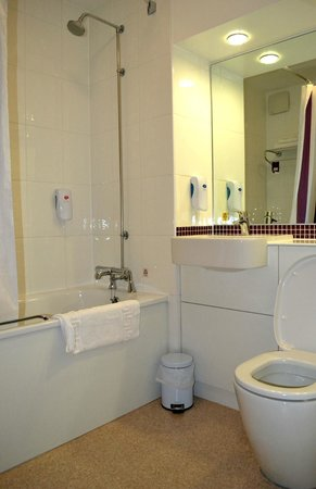 Premier Inn York North West Hotel: Bathroom