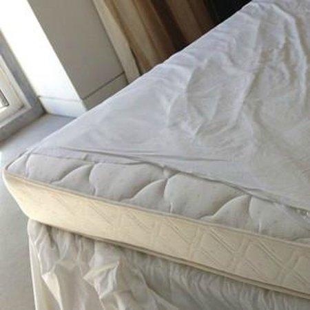 Jeronimos 8: letto fatto con lenzuola più corte del necessario