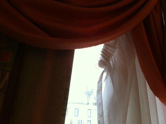 Best Western Plus Aalener Roemerhotel: Vorhang im Zimmer