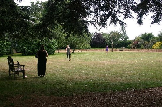 Highgate House Hotel: Playing croquet on the lawn