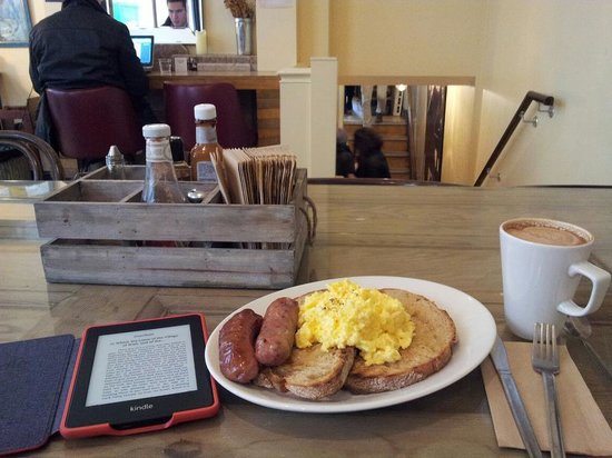 Fleet River Bakery: Scrambled eggs, sausages and toast with mocha