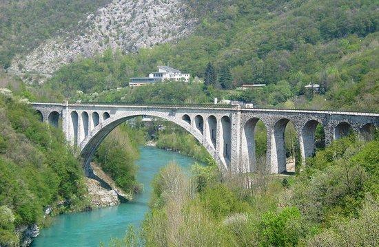 Solkan, Slovenien: Eisenbahnbrücke über die Soca