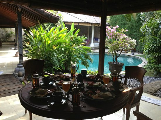 Villa Kubu Seminyak: The day starts with breakfast by the pool!