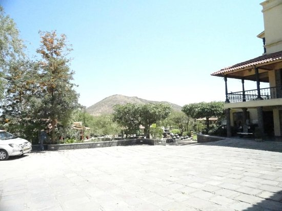 The Royal Retreat Resort & Spa, Udaipur: Open space outside the reception