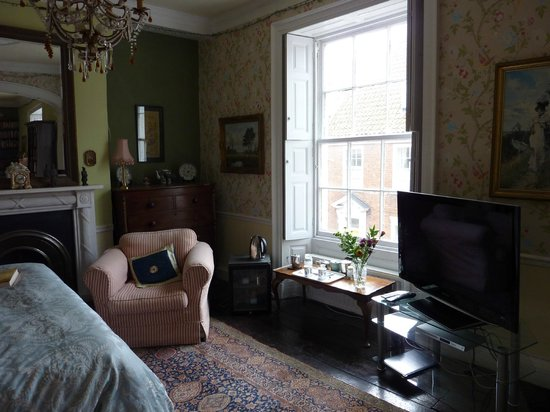 Newbegin House : Large bedroom in what was originally the old drawing room