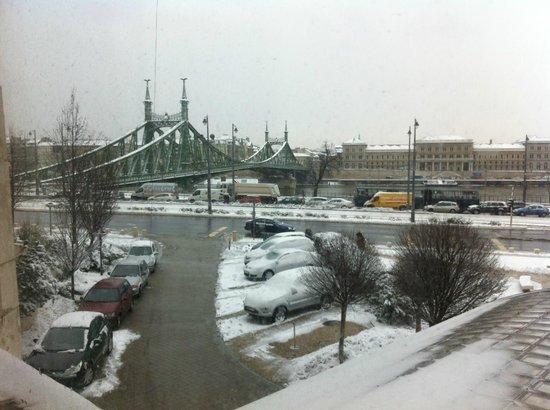 Danubius Hotel Gellert: View to the Szabadsag bridge from the breakfast room