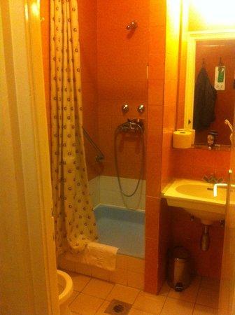 Danubius Hotel Gellert: Communist era bathroom