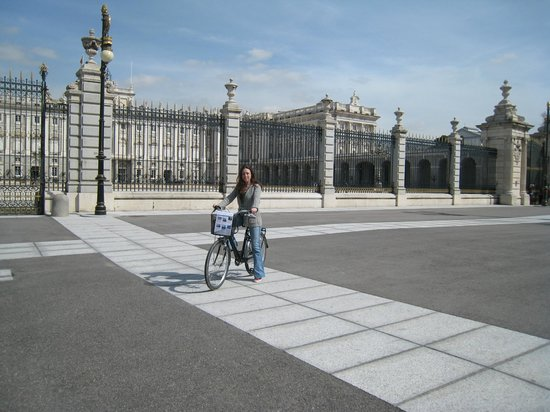 Trixi Madrid - Bike Tours: at the palacio real