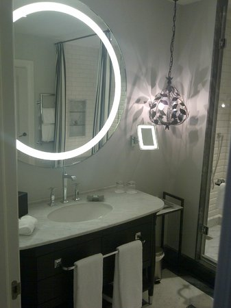 Hotel Maria Cristina, a Luxury Collection Hotel, San Sebastian: Room 206 - elegant bathroom