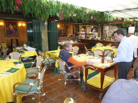 Restaurante Da Bruno a Cabopino : Maitre d'Hotel serving a client