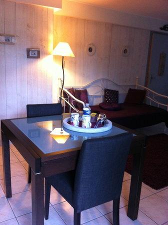 Chambre d'hôtes Les Artistes: Table côté salon