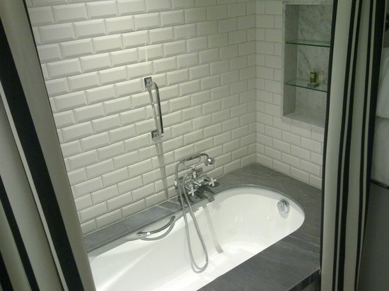 Hotel Maria Cristina, a Luxury Collection Hotel, San Sebastian: Room 206 - Deep bath!