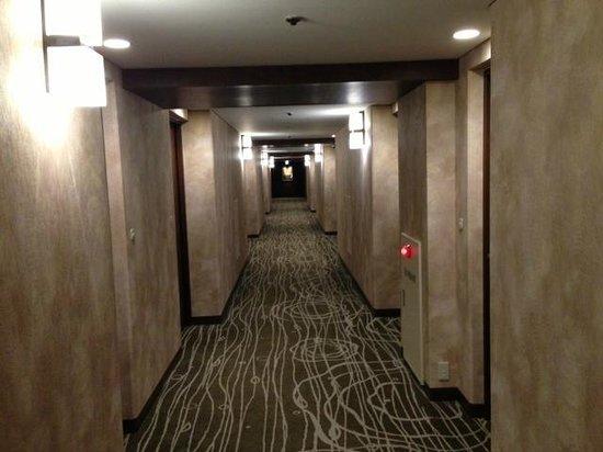 New Miyako Hotel: 廊下。壁紙は新しいけど、古びた雰囲気。