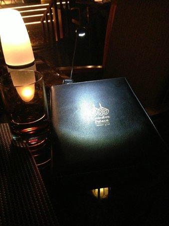 BBQ Al Qasr: Nettes Gimmick, beleuchtete Speisekarten