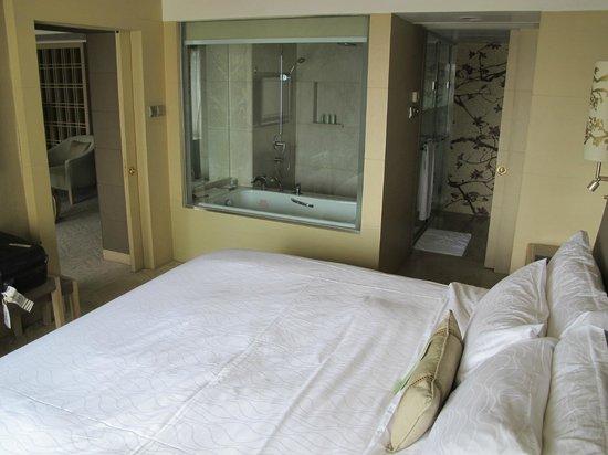 โรงแรมเดอะการ์เด้น: Great bed and toilet area