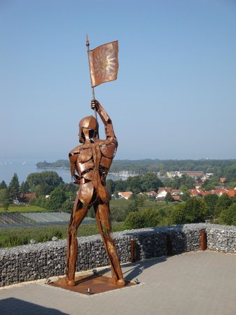 Bodensee-Hotel Sonnenhof: Metallfigur mit Sicht zum See