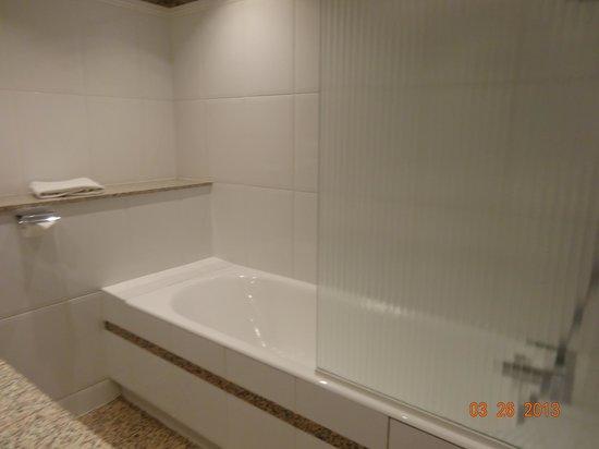 BEST WESTERN Hotel Victor Hugo Paris : Large tub/shower