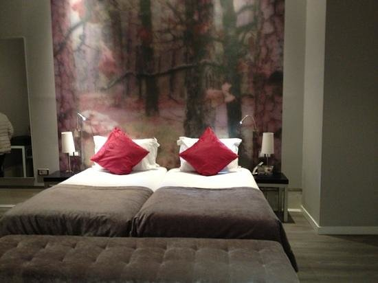The Queen's Gate Hotel: room 007