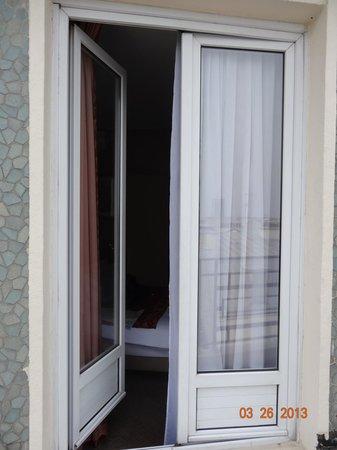 Hôtel Victor Hugo Paris Kleber : Double-doors from the balcony into the room