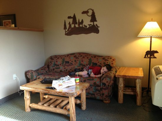 Great Wolf Lodge: family suite couch area