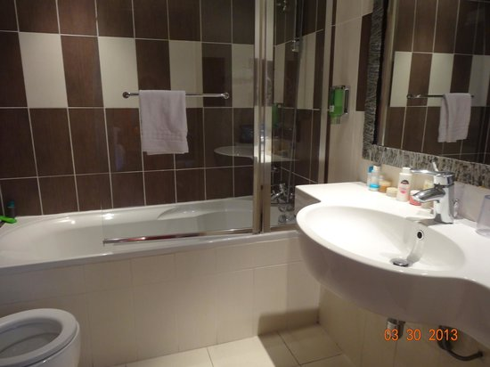 BEST WESTERN Hotel Roosevelt: Big modern bathroom