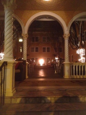 Artmore Hotel: Courtyard at night.
