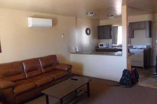 Lake Powell Motel: sala de estar y cocina