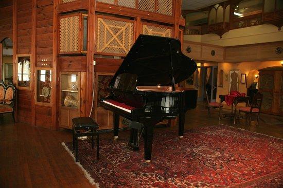 Dona Gracia Hotel: lobby piano