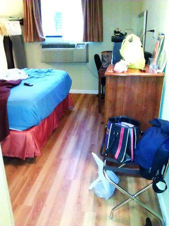 Howard Johnson Inn Jamaica JFK Airport NYC: Laminated wood floor